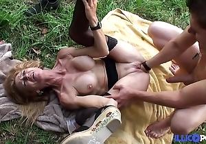 Bonne cougar fair-haired et bien mature baisée dans un champ [full video]